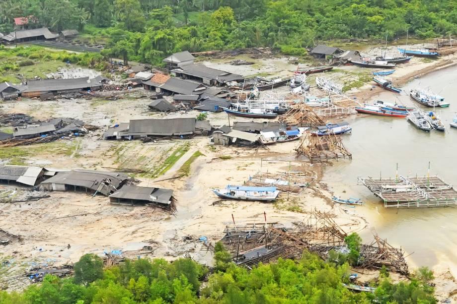 Vista aérea mostra residências destruídas após forte tsunami atingir a regência de Pandeglang, localizada na província de Banten, na Indonésia - 24/12/2018