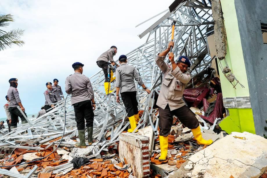 Policiais procuram vítimas entre escombros após forte tsunami atingir a a regência de Pendeglang, na Indonésia - 24/12/2018