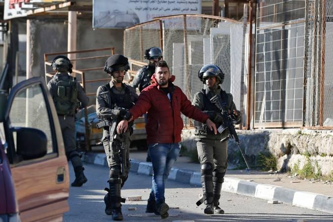 Palestino detido pelo exército israelense
