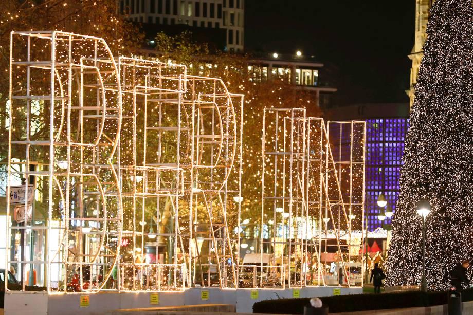 Iluminação natalina é vista nos arredores de shopping localizado na avenida Kurfuerstendamm, em Berlim, capital da Alemanha - 26/11/2018