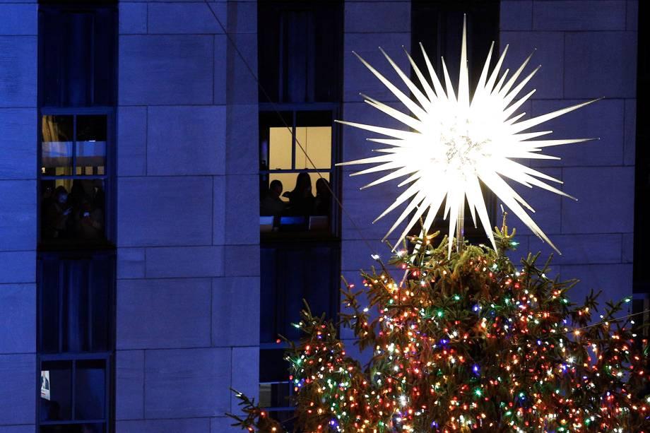 Estrela localizada no topo de árvore de Natal ilumina os arredores do Rockefeller Center, em Manhattan - 28/11/2018