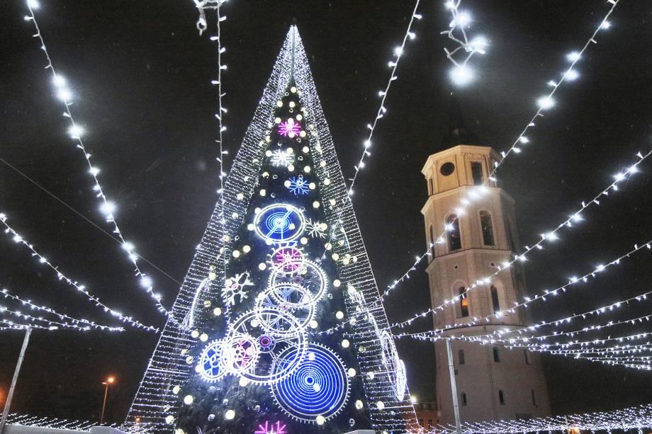Árvore de Natal ilumina a região de Vilnius, capital da Lituânia, durante inauguração das decorações natalinas - 01/12/2018
