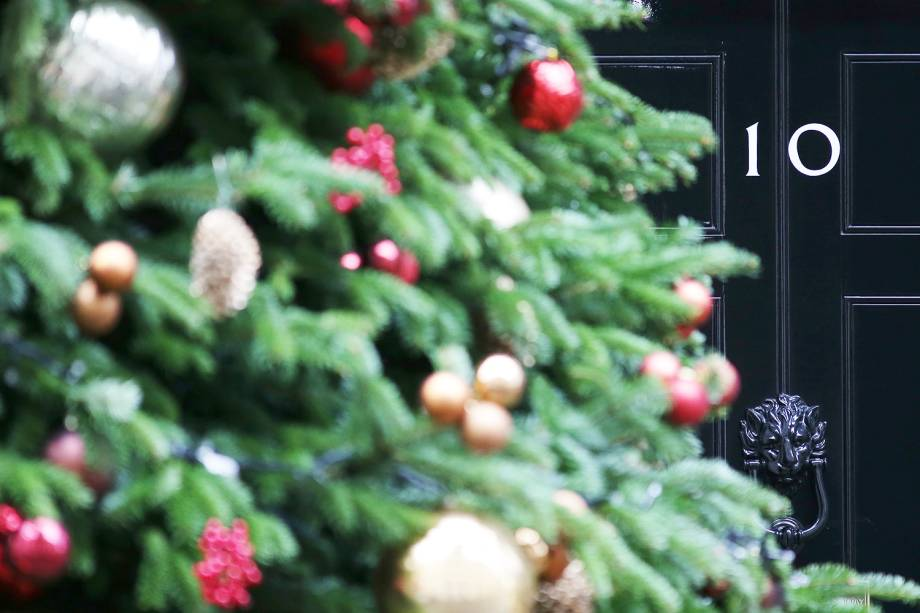 Árvore de Natal é vista do lado de fora da 10 Downing Street, residência oficial da primeira-ministra britânica Theresa May, em Londres - 03/12/2018