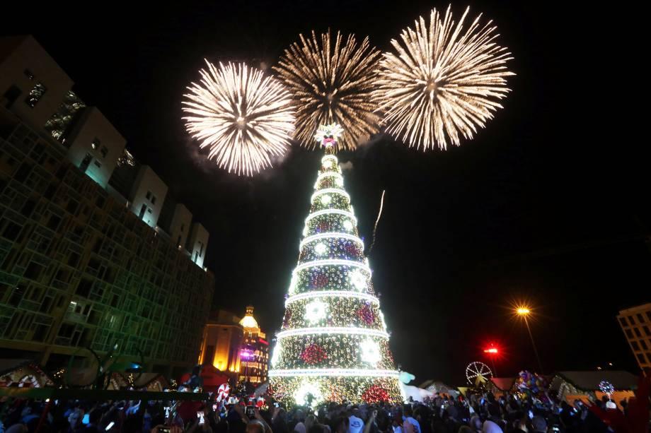 Público observa queima de fogos próximo de árvore de Natal instalada em Beirute, capital do Líbano - 03/12/2018