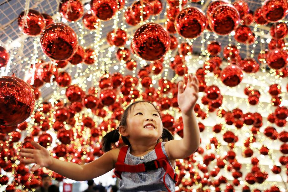 Garota observa decoração natalina no shopping Emporium, localizado em Bangkok, capital da Tailândia - 04/12/2018