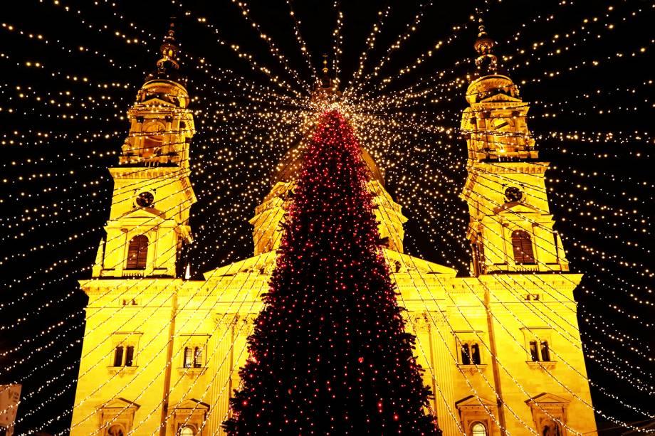 Árvore de Natal é vista na frente da Basílica de Santo Estêvão, em Budapeste, capital da Hungria - 04/12/2018