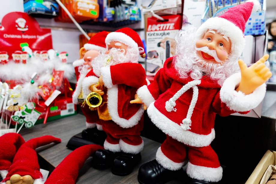 Bonecos de Papai Noel são vistos em loja de Roma, capital da Itália - 04/12/2018