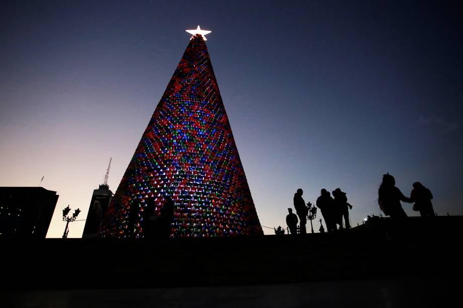 Pessoas são vistas próximas de árvore de Natal feita com cadeiras de plástico na Macroplaza - praça localizada na cidade mexicana de Monterrey - 26/11/2018