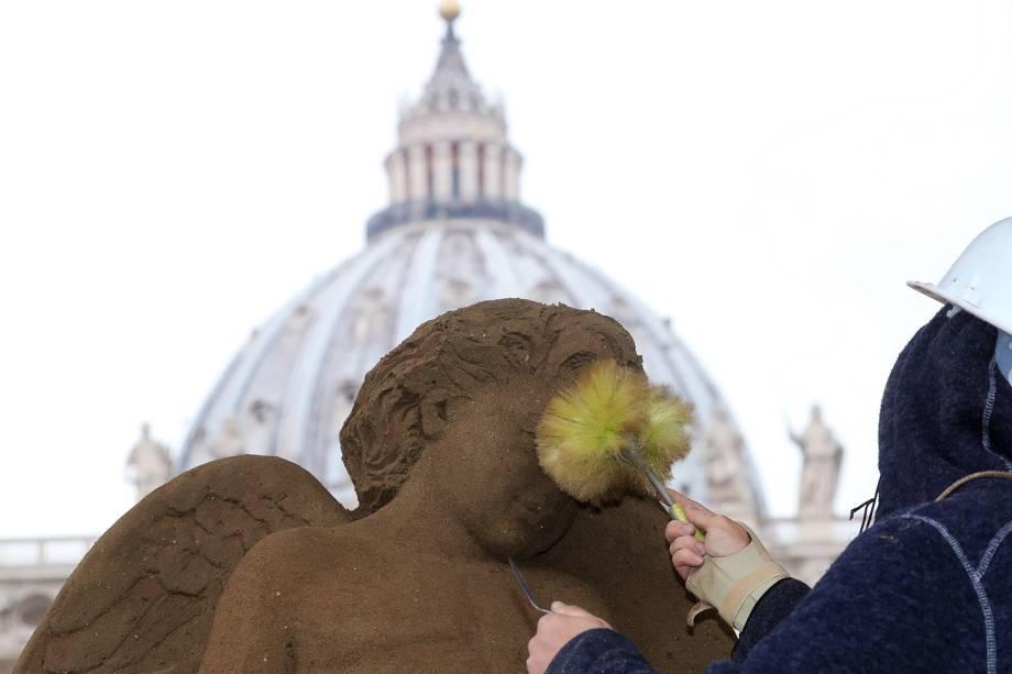 Artista faz escultura de areia representando o Presépio - construção representativa do nascimento de Jesus - próximo da Praça de São Pedro, no Vaticano - 06/12/2018