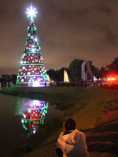 Público observa árvore de Natal instalada no Parque do Ibirapuera, zona Sul de São Paulo (SP) - 03/12/2/018