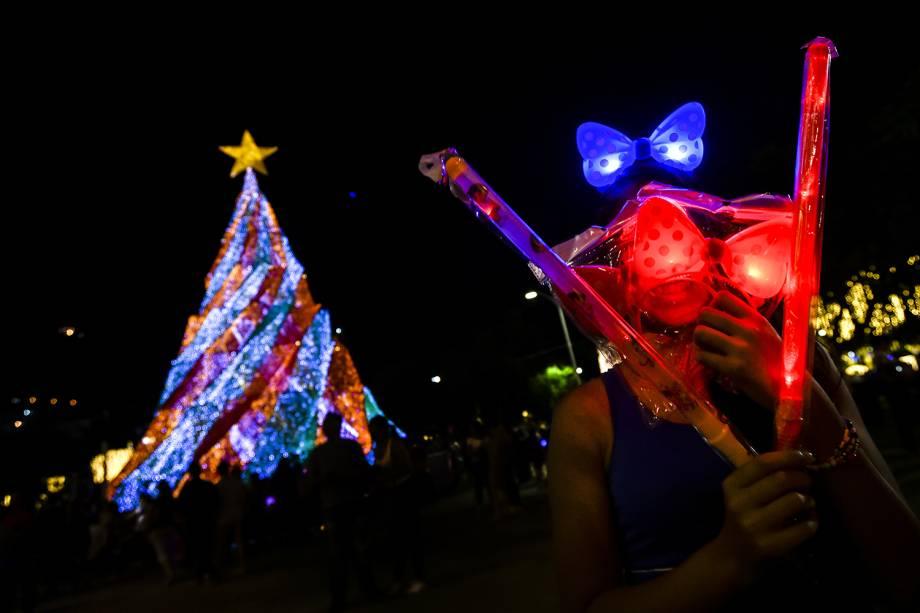 Pessoas observam decoração de Natal em Cali, na Colômbia - 11/12/2018