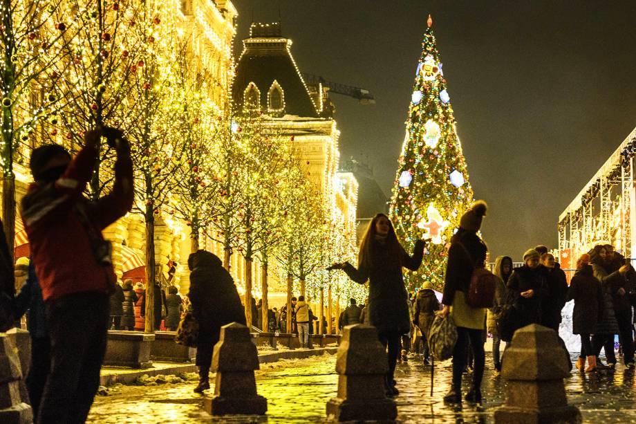 Pessoas observam decoração natalina na Praça Vermelha, em Moscou, capital da Rússia - 11/12/2018