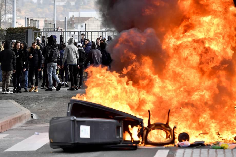 Estudantes secundaristas colocam fogo em uma barricada em frente à escola de François Mauriac durante uma manifestação contra as reformas do governo na Educação em Bordeaux, sudoeste da França - 04/12/2018
