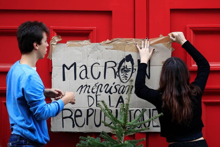 Alunos do ensino médio bloqueiam a entrada da escola secundária Lycee Henri IV para protestar contra o plano de reforma da educação do governo francês, em Paris - 06/12/2018