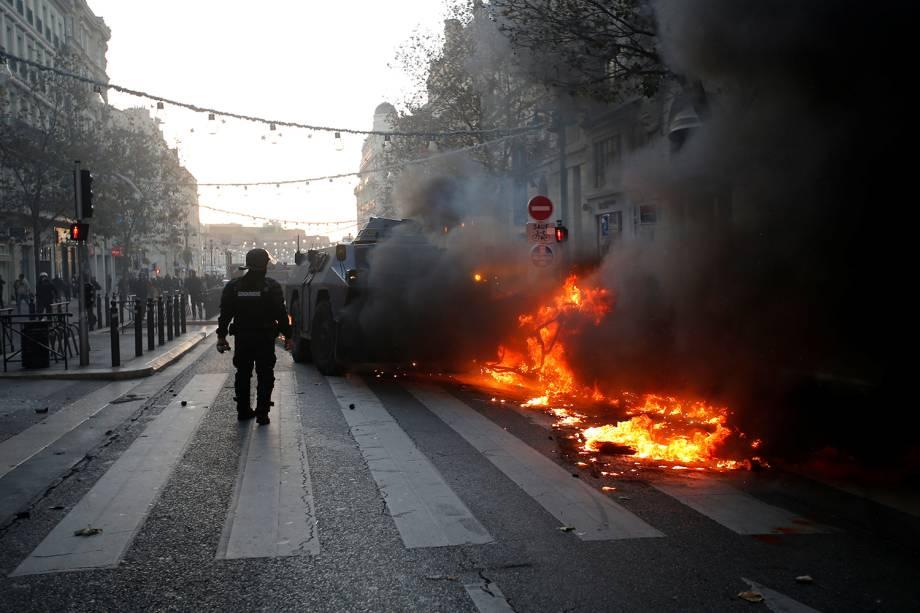 Guarda francês observa carro incendiado durante protesto em Marseille, França - 08/12/2018