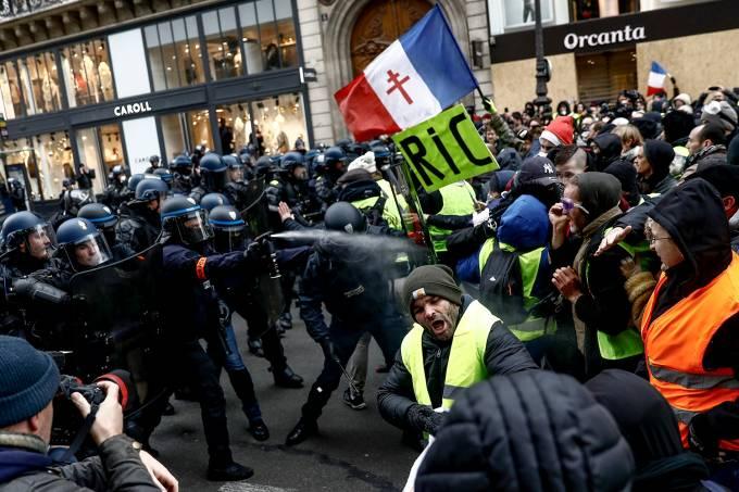 Policiais e manifestantes entram em confronto na França