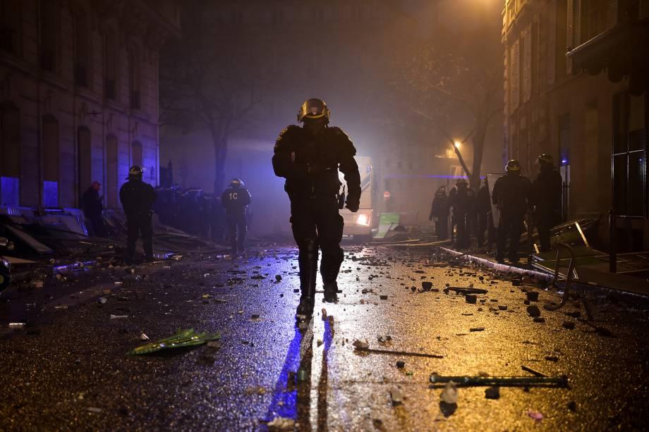 Policial corre durante protesto contra o aumento dos preços do diesel e do custo de vida em Paris - 01/12/2018