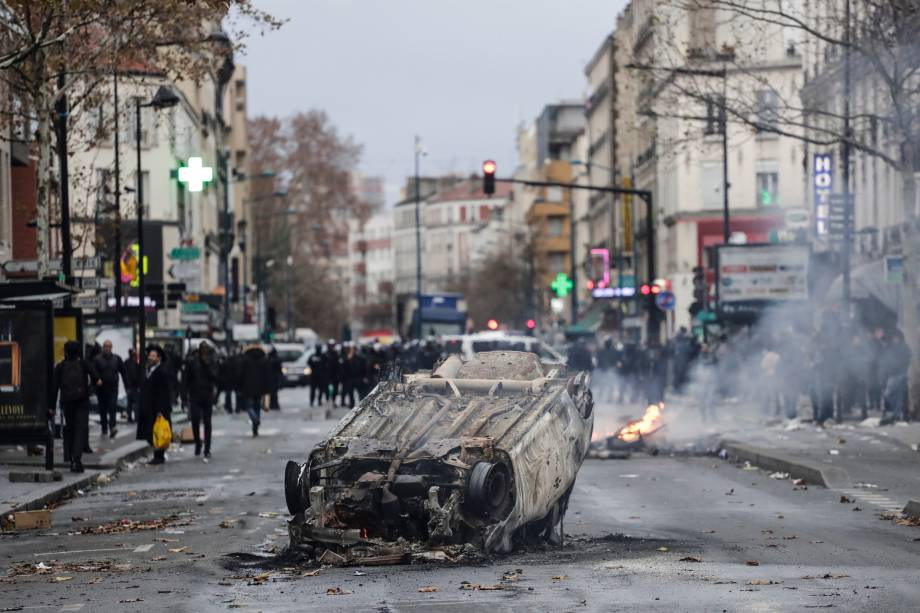 Carro fica destruído nos arredores do liceu Jean-Pierre Timbaud depois de ser incendiado por estudantes que protestavam contra as reformas do governo francês no norte de Aubervilliers, subúrbio de Paris - 03/12/2018