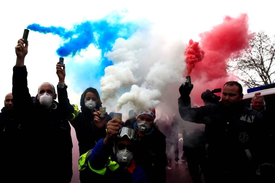Motoristas de ambulâncias acendem sinalizadores nas cores da bandeira da França durante manifestação na Place de la Concorde em Paris - 03/12/2018