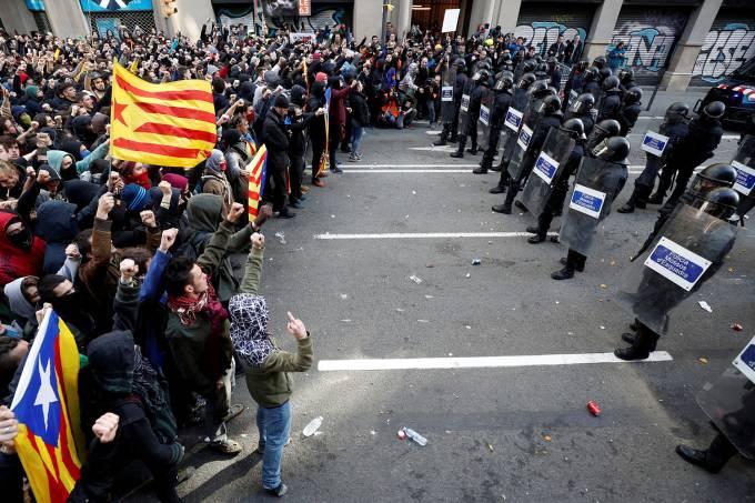 Radicais independentistas bloqueiam várias estradas na Catalunha
