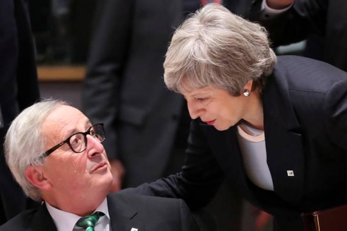 Theresa May na reunião da União Europeia com o presidente da Comissão, Jean-Claude Juncker