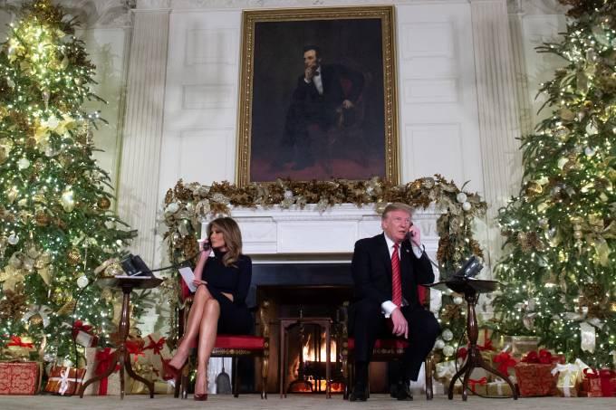 Donald e Melania Trump durante ligações natalinas com crianças