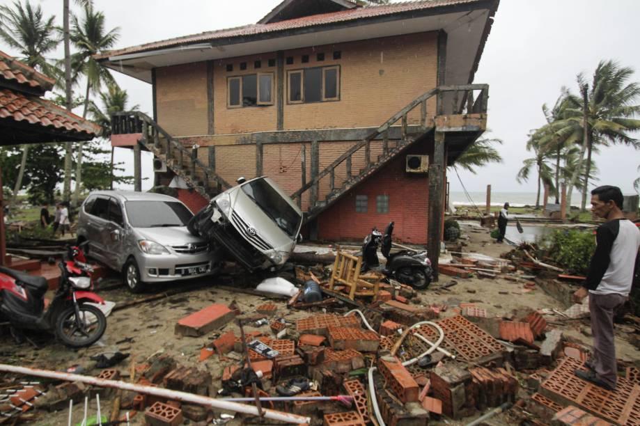 Casas e veículos são danificados pela onda do tsunami que atingiu as Regências de Pandeglang, Serang, South Lampung e Tanggamus, em Banten, na Indonésia - 23/12/2018