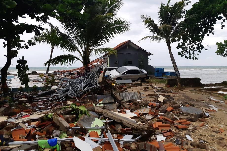Destroços de uma casa e um carro levado pela onda que atingiu a praia de Carita são vistos em Pandeglang, província de Banten, na Indonésia - 23/12/2018