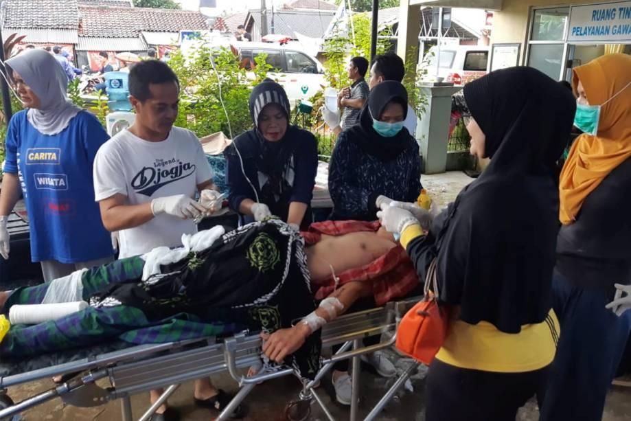Morador ferido é tratado em um centro de saúde em Pandeglang, na província de Banten, na Indonésia - 23/12/2018