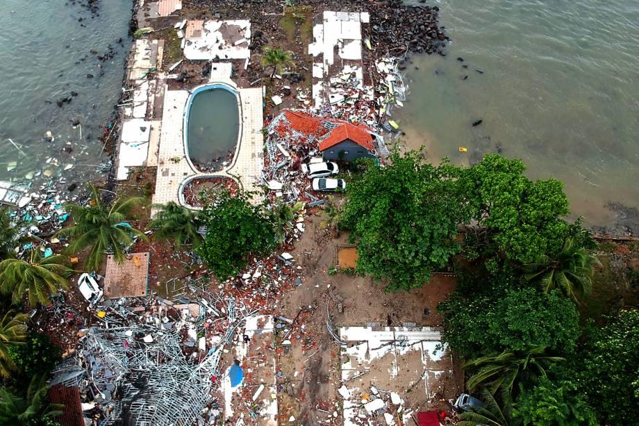 A fotografia aérea mostra a destruição do tsunami em uma das residências na praia de Carita, na Indonésia - 23/12/2018