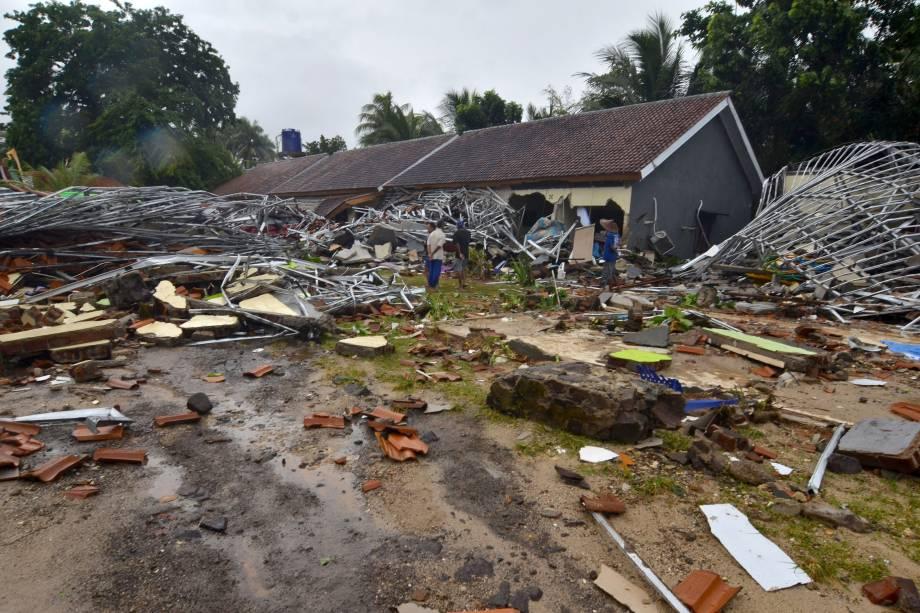 Moradores inspecionam suas casas danificadas em Carita, na Indonésia, depois que a área foi atingida por um tsunami seguido de erupção do vulcão Anak Krakatoa - 23/12/2018