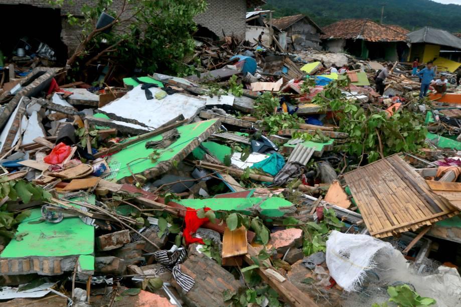 Destroços de casa são vistos em South Lampung, no sul de Sumatra, após a passagem do tsunami - 23/12/2018