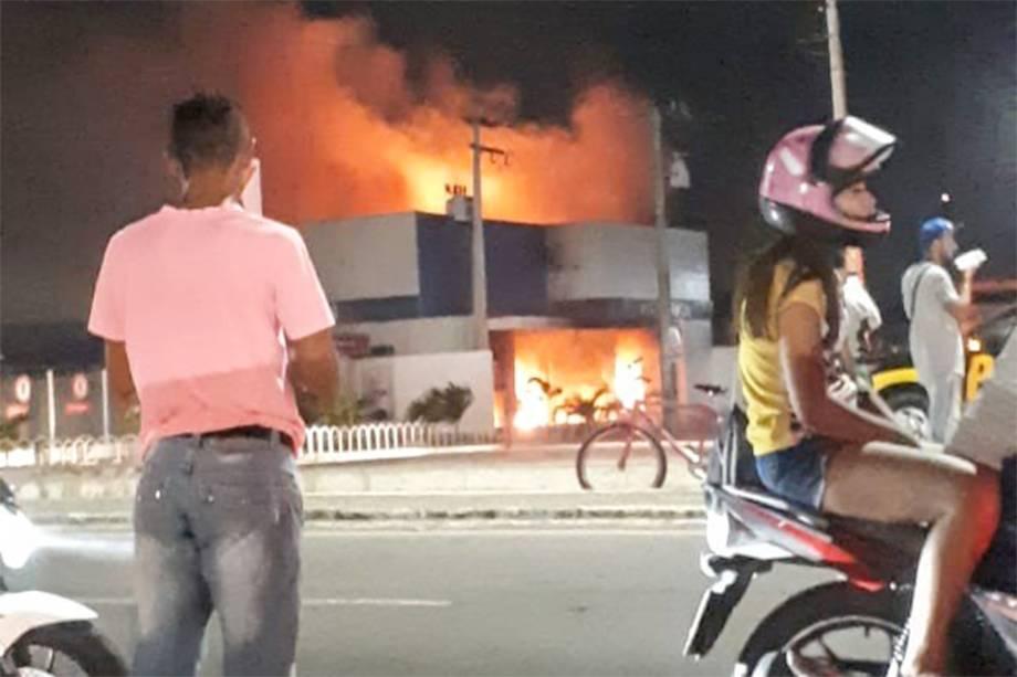 Agência da Caixa Econômica Federal foi incendiada no bairro Pajuçara em Maracanaú, na Região Metropolitana de Fortaleza