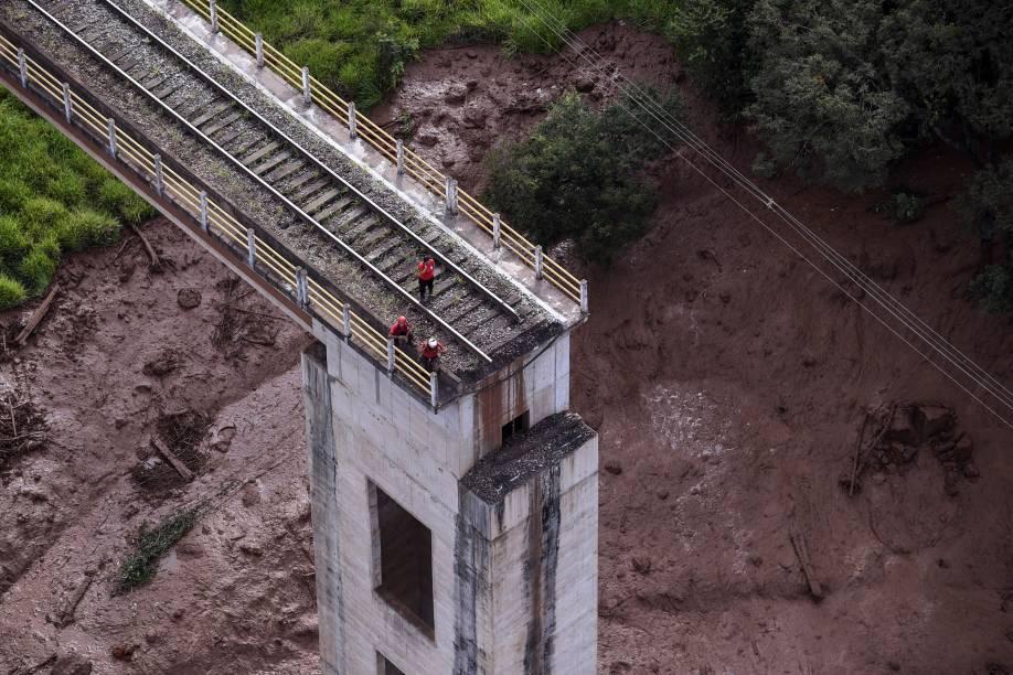 Trecho de uma ponte desmorona em decorrência das inundações provocadas pelo colapso de uma barragem da Vale perto de Brumadinho (MG) - 25/01/2019