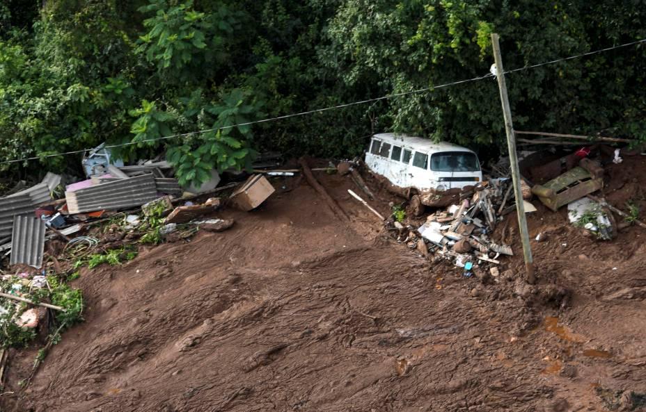 Veículo fica soterrado após rompimento de uma barragem da Vale em Brumadinho (MG) - 25/01/2019