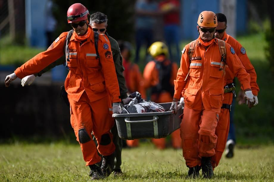 Bombeiros carregam o corpo de uma vítima retirada da lama um dia após o colapso da barragem de uma mina de minério de ferro pertencente à Vale, em Brumadinho (MG) - 26/01/2019