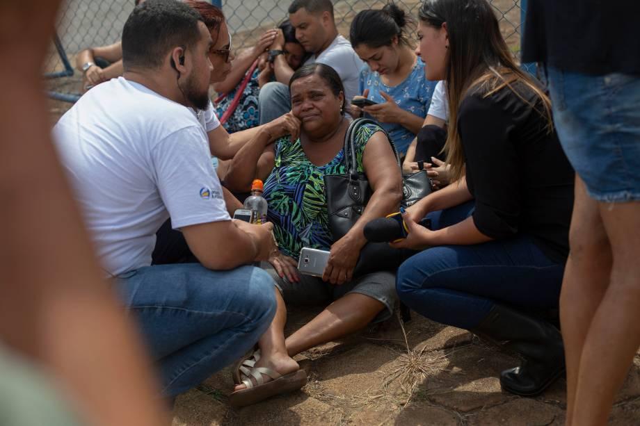 Pessoas choram enquanto esperam informações sobre seus familiares em frente ao Centro de Comando da Crise, organizado pelo governo do estado em Brumadinho (MG) - 26/01/2019