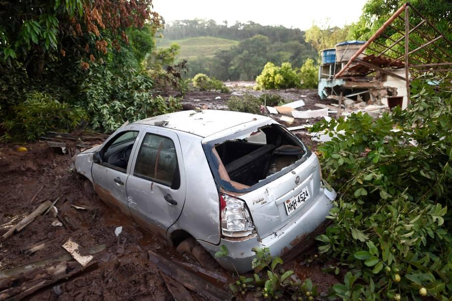 Carro fica destruído em meio à lama um dia depois do rompimento da barragem de uma mina de ferro pertencente da mineradora Vale, em Brumadinho - 26/01/2019