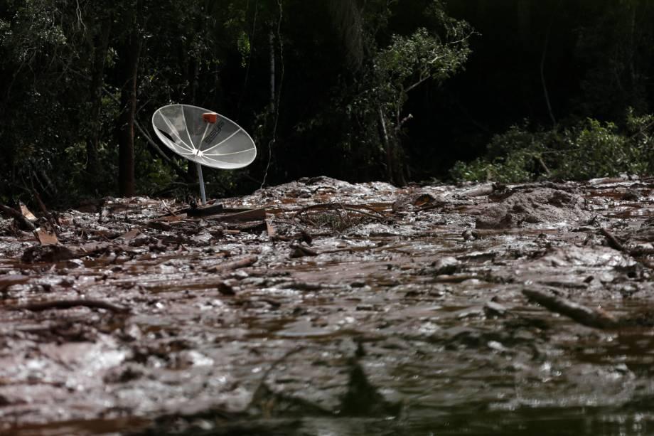 Antena parabólica é vista sobre a lama após uma barragem pertencente à mineradora Vale romper e despejar toneladas de resíduos tóxicos em Brumadinho (MG) - 26/01/2019