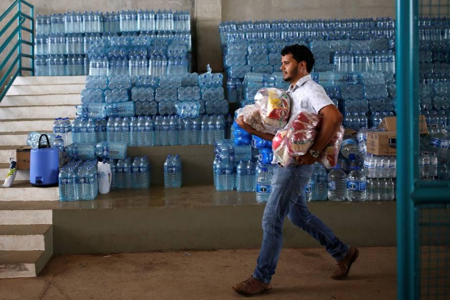 Voluntário carrega doações para pessoas afetadas pelo rompimento da barragem da mineradora Vale em Brumadinho (MG) - 26/01/2019