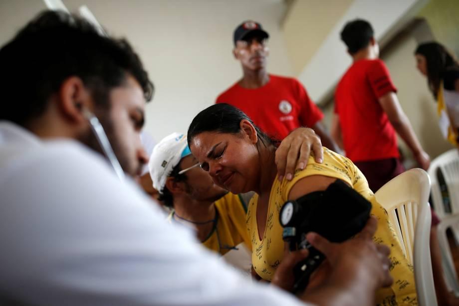 Mulher recebe atendimento médico depois que uma barragem de propriedade da mineradora Vale rompeu em Brumadinho (MG) - 26/01/2019