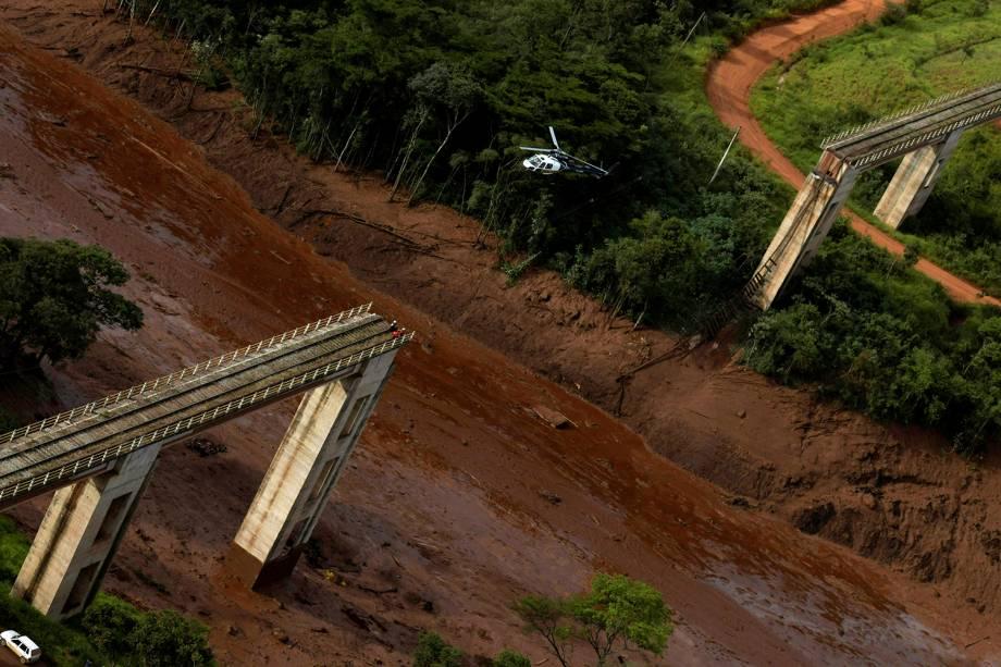 Helicóptero sobrevoa área de rompimento de barragem da mineradora Vale em Brumadinho, na Grande Belo Horizonte - 25/01/2019