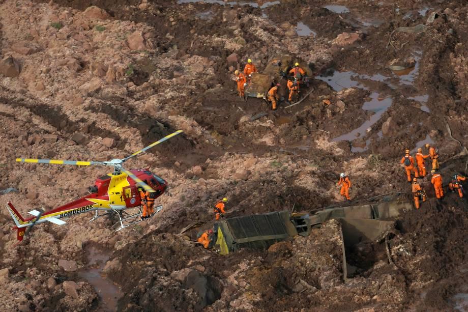 Equipes de Resgate do Corpo de Bombeiros realizam buscas em área atingida por rejeitos após rompimento da barragem da mina do Feijão em Brumadinho, na região metropolitana de Belo Horizonte, Minas Gerais - 25/01/2019