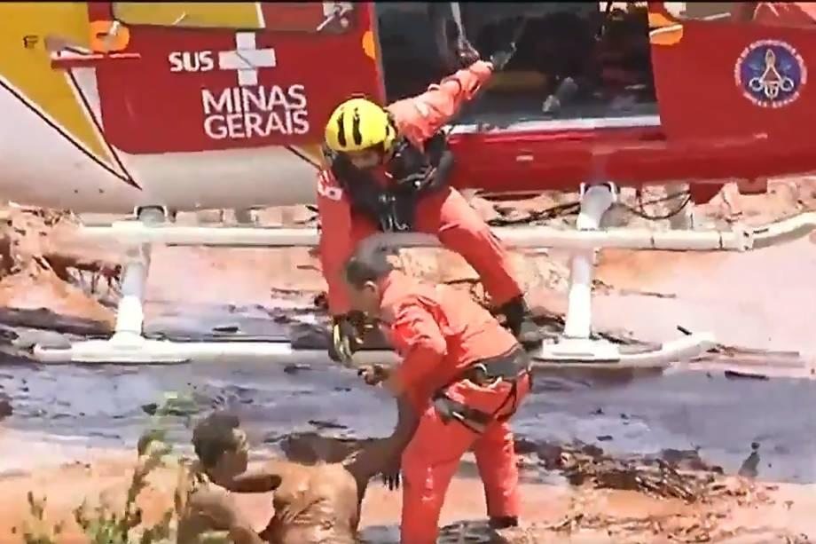 Corpo de Bombeiros realiza resgate após rompimento de barragem em Brumadinho, cidade da Grande Belo Horizonte, Minas Gerais - 25/01/2019