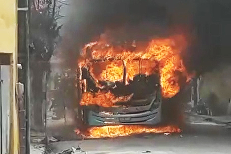 Ônibus é incendiado no bairro Quintino Cunha, em Fortaleza (CE), durante o 17º dia de ataques - 18/01/2019