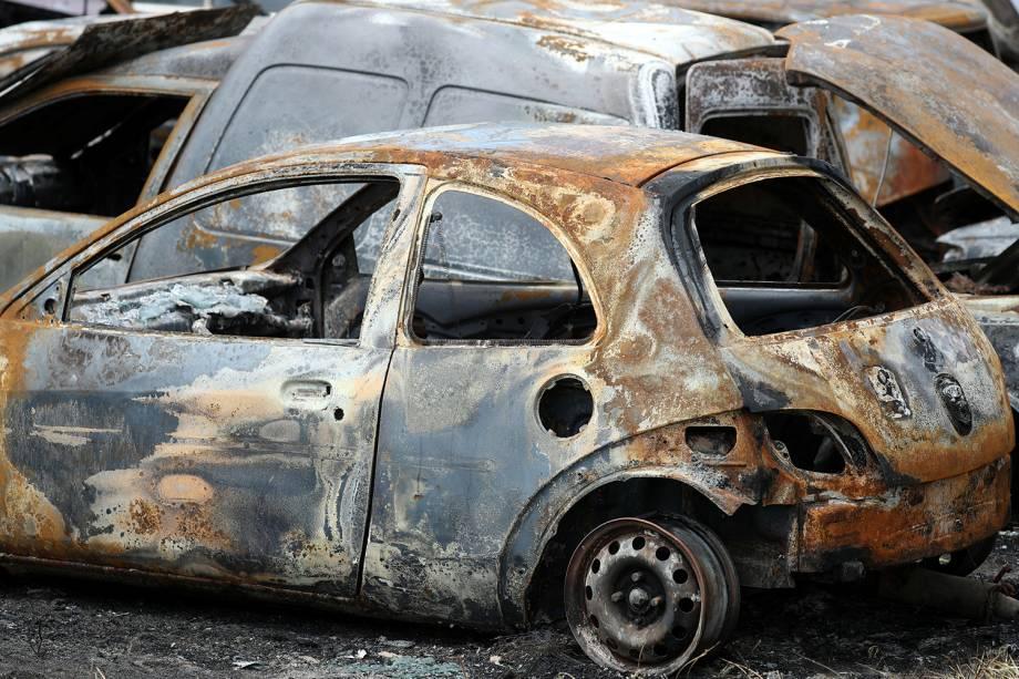 Veículos são vistos queimados em pátio de Fortaleza (CE), após violentos ataques serem reportados na região - 07/01/2019