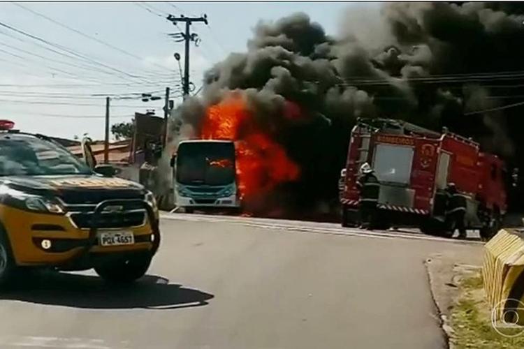Ônibus é incendiado durante onda de ataques no Ceará - 04/01/2019