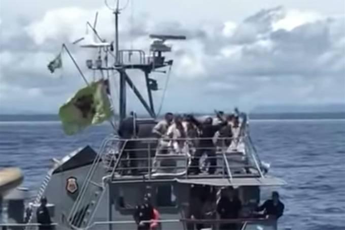 """Militares da Marinha são vistos dançando a música """"O nome dela é Jennifer"""" em um navio oficial"""