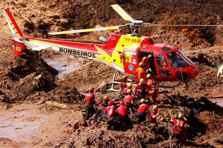 Bombeiros procuram por vítimas após rompimento de barragem da Vale, nos arredores da cidade de Brumadinho (MG) - 28/01/2019
