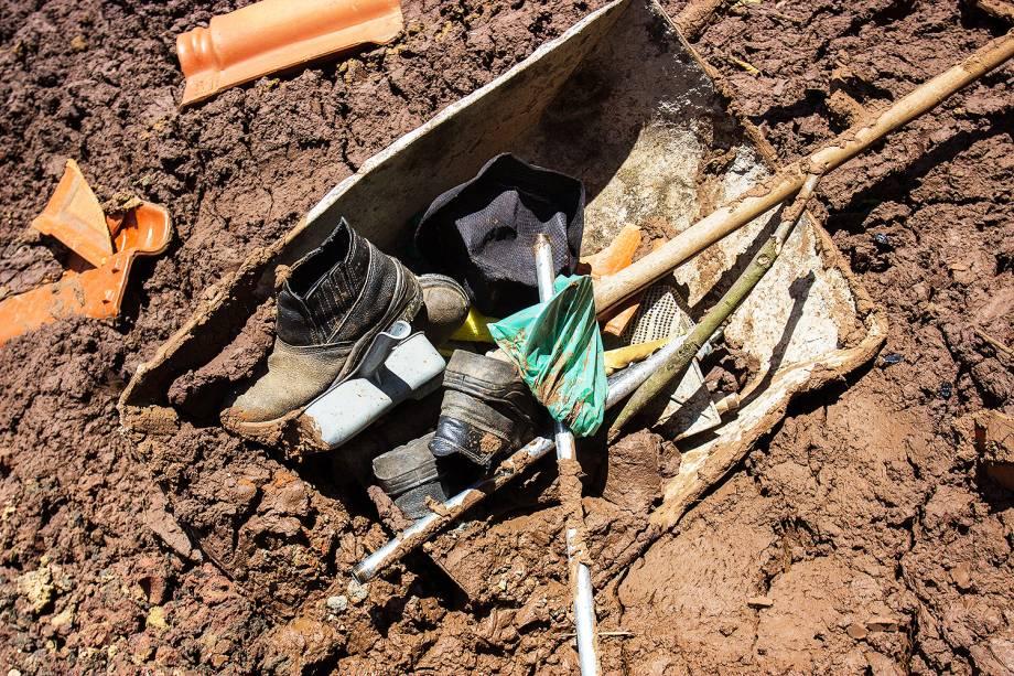 Pertences de vítimas sã vistos em meio à lama após rompimento de barragem da mineradora Vale, em Brumadinho (MG) - 28/01/2019